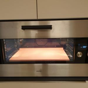 新しいオーブンで初めて焼いたピザ