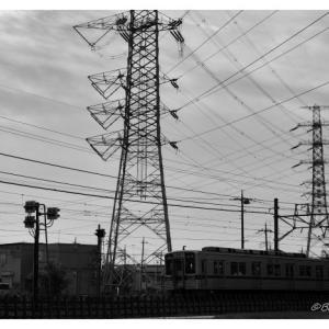 鉄塔と通勤電車