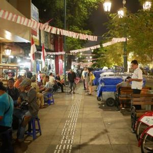 夜のマリオボロ通りでローカルグルメを楽しむ