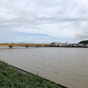 豪雨の中、有田川河口