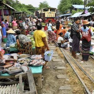 ミャンマー ・ レイルサイドストーリー  その21   もうひとつの線路市場 ①