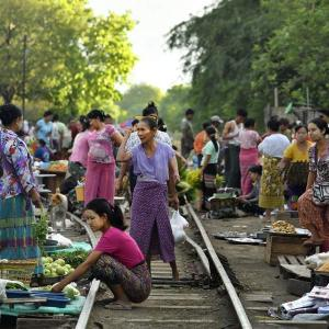 ミャンマー ・ レイルサイドストーリー  その22   もうひとつの線路市場 ②