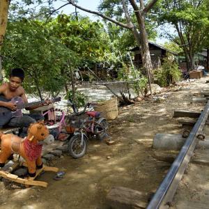 ミャンマー ・ レイルサイドストーリー  その35   線路際横丁の夕日 ⑥