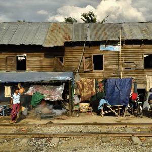 ミャンマー ・ レイルサイドストーリー  その36   線路際横丁の夕日 ⑦