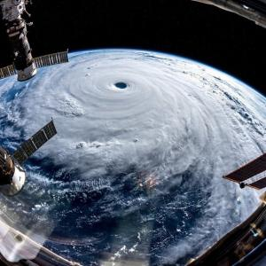 台風は左巻き