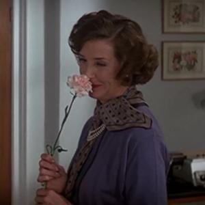 【007シリーズのお約束22】ミス・マネーペニーの秘書室を彩るフラワーアートと女王陛下と