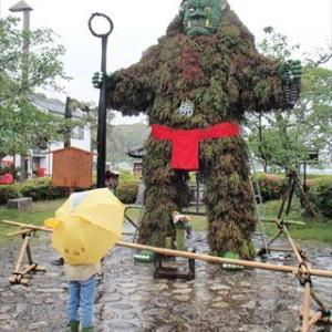 「青鬼にコロナ収束祈願」 杉で覆われた5メートル像