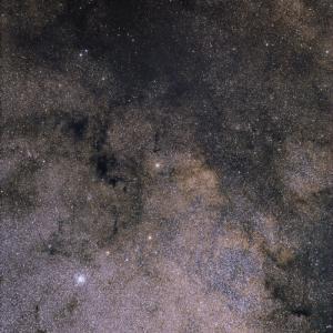 散開星団M11、たて座からわし座の天の川、夏。
