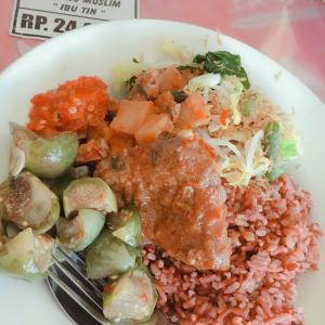 ローカルワルンで食べる赤米!