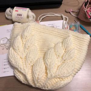 ダイソーのアクリル毛糸でリーフ柄の引き上げ編みバッグ