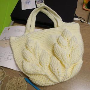 ハマナカボニーでリーフ柄の引き上げ編みバッグ始めました。