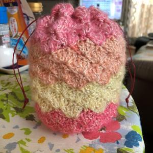 松編みの巾着完成☆ダイソーパティシエラメで。