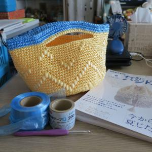 ダイソーの糸で編んだものふたつ。
