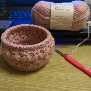 リフ編み花模様の小物入れ