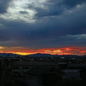 東の空、少し朝焼け