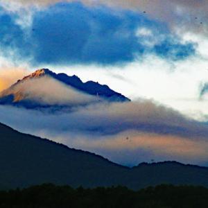 新潟焼山に雲が流れる