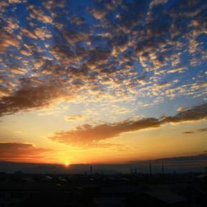 日の出と羊雲