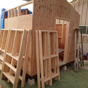屋根の組み上げ開始、