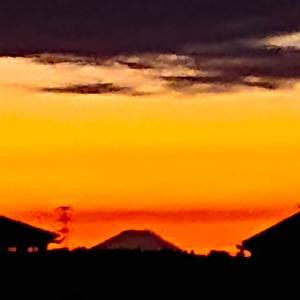 今日は、夕焼けに映える富士山と燃える空~っ♪v(*'-^*)^☆