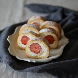 小さな苺のロールケーキ
