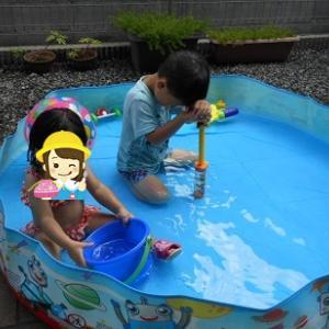 お孫ちゃんたちはプールでおおはしゃぎ