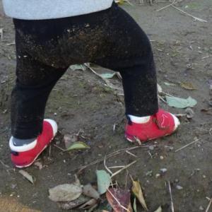 畑を耕す1才女児