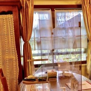手作りカフェカーテンでサロンもさらに新しい様式に。。。