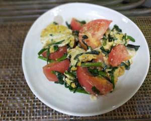 作った料理は、ニラとトマトのふわっと玉子炒め、です