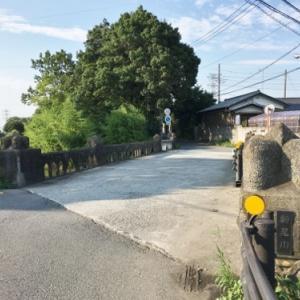 石田堤が破堤したという地点と鴻巣市の史跡公園にある堤の断面
