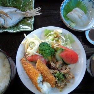 1215) 松幸日替わりランチ ~シズの煮付け/アジのフライ・ゆでエビ・牛肉とタマネギのすき煮・スパサラダ/鯛の刺身