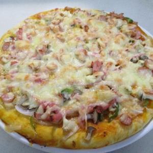 手作りピザを焼く
