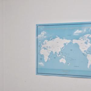 穴を開けずにポスターを貼るなら「ひっつき虫」大きな世界地図も余裕です