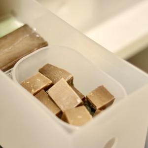 溶けやすい「アレッポの石鹸」はカットすると使いやすい!レンチンで20〜30秒
