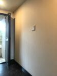 姿見鏡を玄関ドア枠の高さに合わせる。