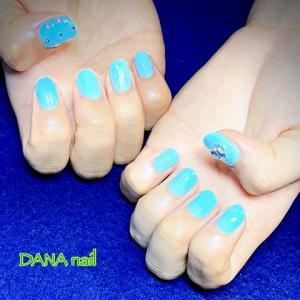 ライトブルー1色で★親指がキラキラなシンプルネイル