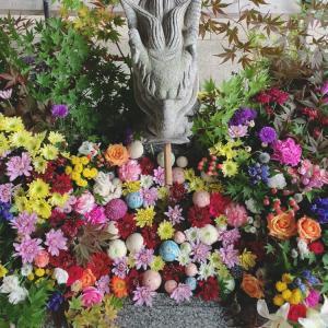 龍神、花々に囲まれる。