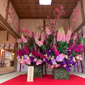 初發神社 假屋崎省吾さんがお祝いに。