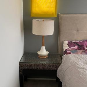 寝室用ライト2灯、テーブルと合わせるとこんな感じ!