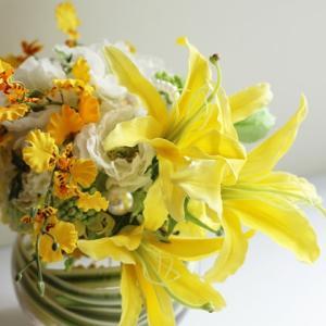 【美しい黄色のテーブル装花】結婚式のテーブル装花としてデザインしたアレンジ❀瑞々しく素敵