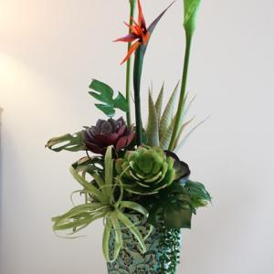 【タイらしい素敵な花器で】オリエンタル調のアレンジメント 花器も再入荷!!