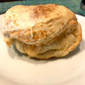 寝る前の習慣と熟成チーズの入ったパン