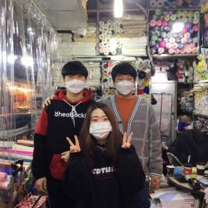 今日のソウル、閑散とした広蔵市場の中で笑顔の3人