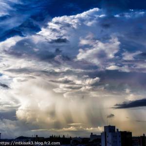 荒れる雲の朝