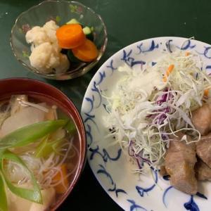 豚肉の西京焼き と 塩鮭のアラの潮汁 と 野菜のマリネ(カンタン酢漬け)