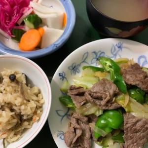 炊き込みご飯と肉野菜炒めの夕食