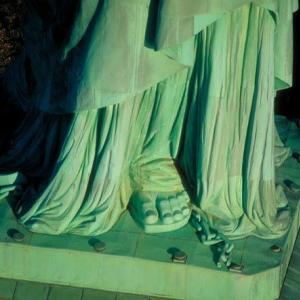 ★「自由の女神」、足が鎖で繋がれている?。