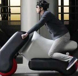 ★衝突しても大丈夫?、携帯風船バイク「poimo」。