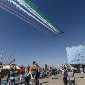 ジェノバの青空にイタリア国旗が描かれた日♪