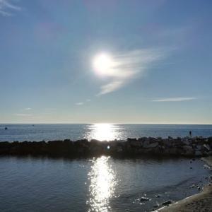 海辺のお散歩で日光浴!