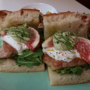 「豚ヒレのソテーとフレッシュいちじく、モッツアレラブッラータのサンドイッチ」の清らかなグラデーションに参りました♪西荻窪・3&1Sandwichトレエウーノ